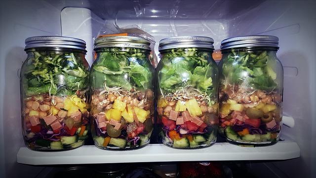Salate im Glas fertiger Salat im Glas